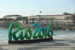 Zeichen Rios 2016 an Copacabana-Strand in Rio de Janeiro Lizenzfreie Stockfotos