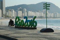 Zeichen Rios 2016 an Copacabana-Strand in Rio de Janeiro Lizenzfreie Stockfotografie