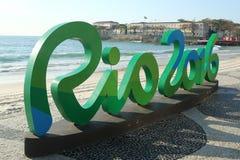 Zeichen Rios 2016 an Copacabana-Strand in Rio de Janeiro Stockbilder