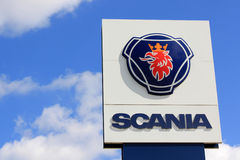 Zeichen Scania gegen blauen Himmel mit einigen Wolken Stockbilder