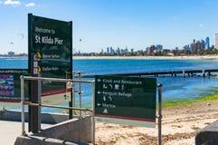 Zeichen St. Kilda Pier mit Navigation Stockfoto