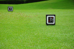 Zeichen am T-Stück weg im Golfplatz Lizenzfreie Stockfotos