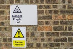 Zeichen und Mitteilung der Aufmerksamkeit und der Gefahr, die an einer Wand hängen stockfotografie