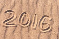 Zeichen 2016 und Sonne geschrieben auf sandigen Strand Sommerreisekonzept Stockbilder