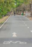 Zeichen und Symbole des Fahrrades auf Fahrradweg Stockbilder