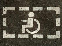 Zeichen von behindertem Rollstuhl auf Asphalt, Parkplätze für behinderte Besucher stockfotos