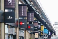 Zeichen von den Restaurants und von Shops angezeigt am Crossrail-Platz in C Stockbild