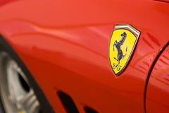 Zeichen von Ferrari auf Sportwagen Lizenzfreies Stockfoto