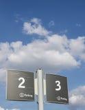 Zeichen von zwei und von drei im Parkplatz Lizenzfreie Stockfotografie