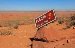 Zeichen während eines Wanderwegs: Aufenthalt auf Spur, Arizona, US Lizenzfreie Stockfotografie