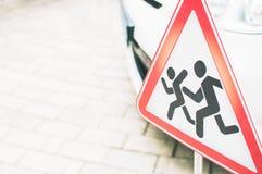 Zeichen: Warnende Kinder auf der Straße Seien Sie carefu Lizenzfreies Stockfoto