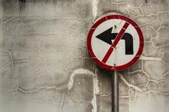 Zeichen-WARNING drehen sich nicht nach links Stockfoto