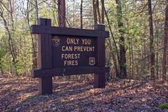 Zeichen-WARNING nur können Sie Waldbrände verhindern Lizenzfreies Stockbild