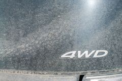 Zeichen 4WD auf einem sehr schmutzigen Auto Geländefahrzeugkonzept Lizenzfreies Stockbild
