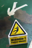 Zeichen, welches das Warnen des nassen Fußbodens der Achtung zeigt Lizenzfreies Stockfoto