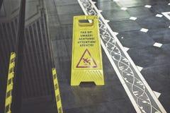 Zeichen, welches das Warnen des nassen Fußbodens der Achtung zeigt Stockbilder
