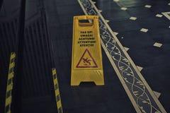 Zeichen, welches das Warnen des nassen Fußbodens der Achtung zeigt Lizenzfreie Stockfotografie