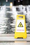 Zeichen, welches das Warnen des nassen Fußbodens der Achtung zeigt Lizenzfreie Stockfotos