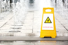 Zeichen, welches das Warnen des nassen Fußbodens der Achtung zeigt Stockbild