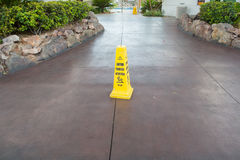 Zeichen, welches das Warnen des nassen Fußbodens der Achtung zeigt Lizenzfreies Stockbild