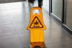 Zeichen, welches das Warnen zeigt Lizenzfreies Stockbild