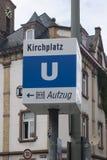 Zeichen, welches die Weise zur U-Bahn zeigt lizenzfreie stockbilder