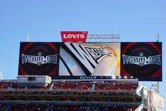 Zeichen Wrestlemania 31 auf digitaler Anzeigetafel über Menge Lizenzfreie Stockfotografie