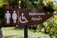 Zeichen zeigen die Weise ins Badezimmer Stockfotos