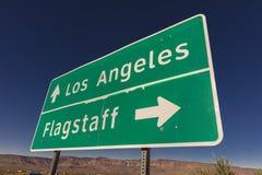 Zeichen zu Los Angeles und zum Fahnenmast Arizona stockfoto