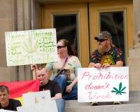 Zeichen zur Unterstützung der Herstellung des Marihuanas legal Stockbilder