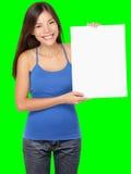 Zeichenfrauenholding, die weißes Zeichen zeigt stockfoto
