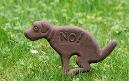 Zeichenhunde, zum nicht auf Rasen zu scheißen Lizenzfreies Stockfoto