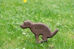 Zeichenhunde, zum nicht auf Rasen zu scheißen Stockbilder