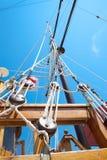 Zeichenketten und Dockside der alten Segelnlieferung Lizenzfreies Stockbild
