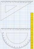 Zeichenpapier mit Maßeinteilung, Dreieck, Tabellierprogramm und Winkelmesser Lizenzfreie Stockfotos