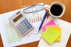 Zeichenpapier mit Maßeinteilung und Taschenrechner Stockfoto