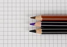 Zeichenpapier mit Ma?einteilung und Bleistifte stockbilder