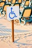 Zeichenrollstuhl eingestellt auf den Strand Lizenzfreie Stockfotos