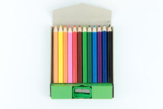 Zeichenstift-Kastenholz mit dem Bleistiftspitzer lokalisiert Lizenzfreie Stockfotografie
