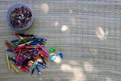 Zeichenstift mit Bleistiftspitzer- und Bleistiftstumpf Lizenzfreie Stockbilder