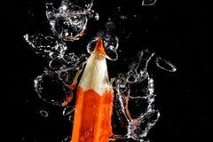 Zeichenstift unter Wasser mit Blasen der Luft Stockfotos