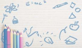 Zeichenstifte auf weißer Planke lizenzfreie stockfotografie