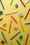 Zeichenstifte, Bleistiftspitzer, Radiergummis und Kreiden des unterschiedlichen colo Stockbild