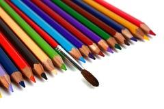 Zeichenstifte farbige Bleistifte und Pinsel für Lacke Stockfotos