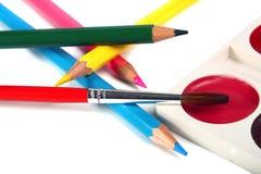 Zeichenstifte farbige Bleistifte und Pinsel für Lacke Lizenzfreies Stockfoto