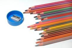Zeichenstifte und Bleistiftspitzer Lizenzfreies Stockbild
