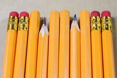 Zeichenstifte und Bleistiftspitzer auf einem hölzernen Bürotisch Zeichnet w Stockbild