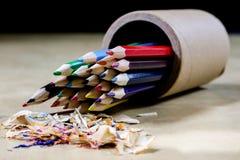 Zeichenstifte und Bleistiftspitzer auf einem hölzernen Bürotisch Zeichnet w Lizenzfreies Stockfoto