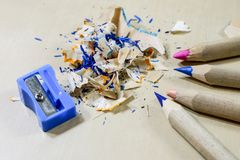Zeichenstifte und Bleistiftspitzer auf einem hölzernen Bürotisch Zeichnet w Stockfoto