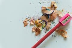 Zeichenstifte und Bleistiftspitzer auf weißem Hintergrund Lizenzfreie Stockbilder